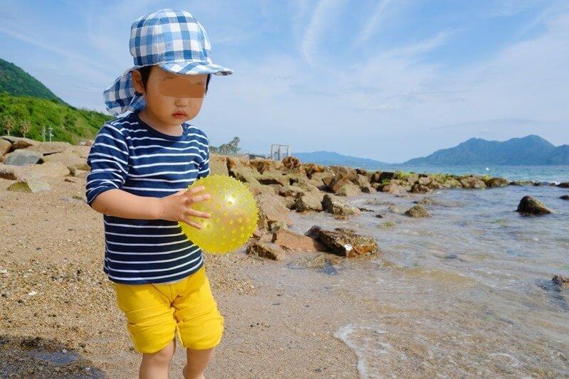 サンビーチおきみ前のビーチでボール遊びをする息子