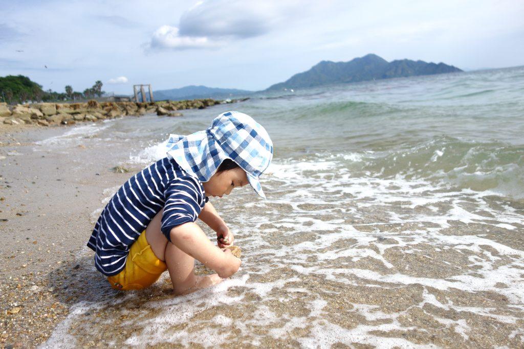 サンビーチおきみ前のビーチで戯れる息子