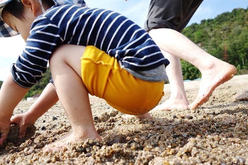 サンビーチおきみ前のビーチで尻を濡らす息子