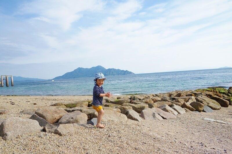 サンビーチおきみ前ビーチではしゃぐ息子