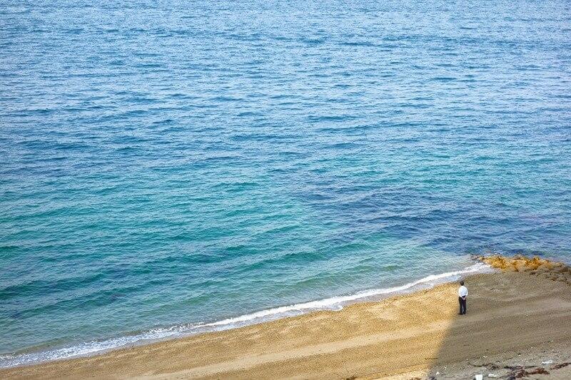 サンビーチおきみ前で海を眺める地元の方
