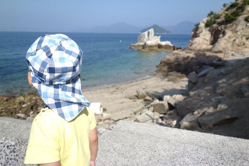 サンビーチおきみにある夫婦岩を眺める息子