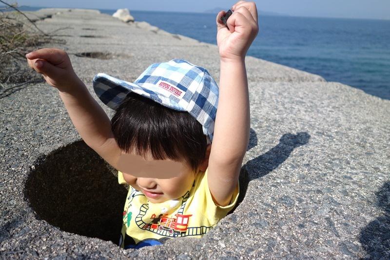サンビーチおきみの堤防穴に入り遊ぶ息子
