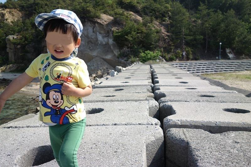サンビーチおきみの堤防で遊ぶ息子
