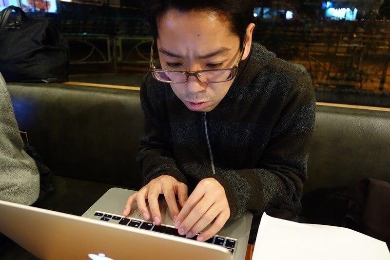 30代から未経験でエンジニアになった青木さん。入った現場で複雑な仕様に頭を悩ませる。