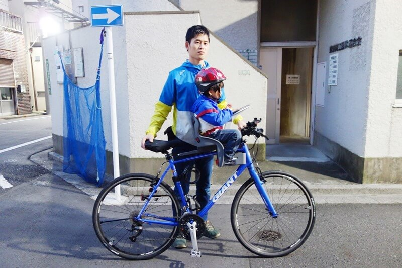 チャイルドシートを設置したクロスバイクに息子を搭乗