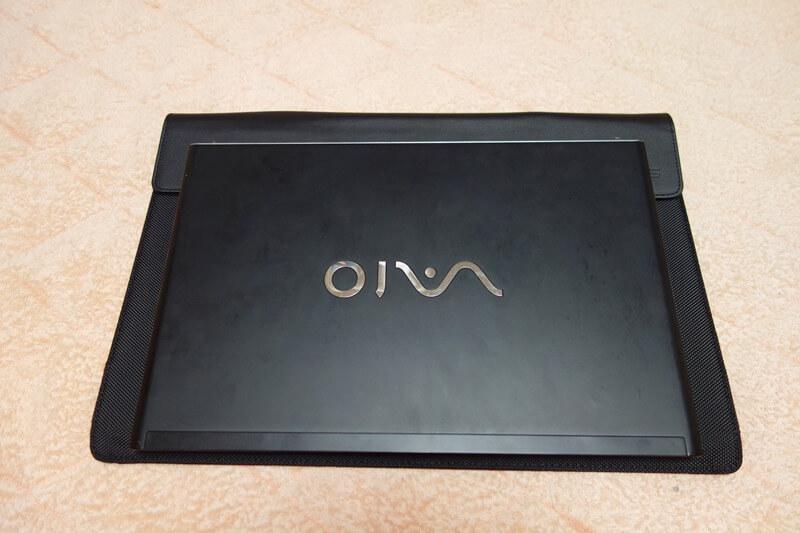 サブディスプレイのケースとVAIOを重ねた所。十分持ち運びできるサイズです。
