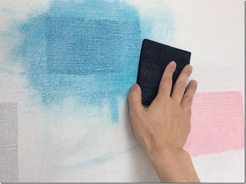 子供の落書き対策として壁を黒板化。壁面を平面化するためにやすりがけ。