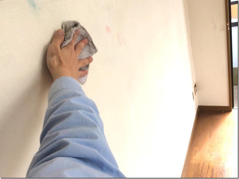 壁をマグネット・黒板化するために削りカスをキレイに取るため水拭き