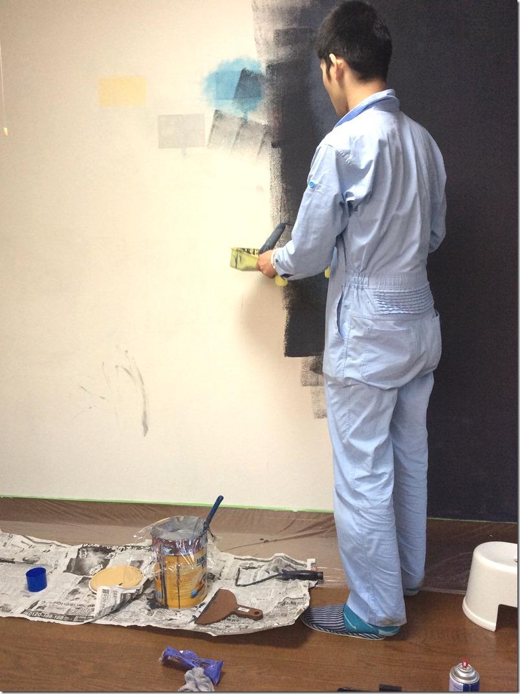 マグネット塗料の塗布作業を進めている様子