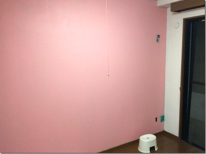 ピンク色の黒板塗料を3-4回重ね塗りした様子。キレイに仕上がる。