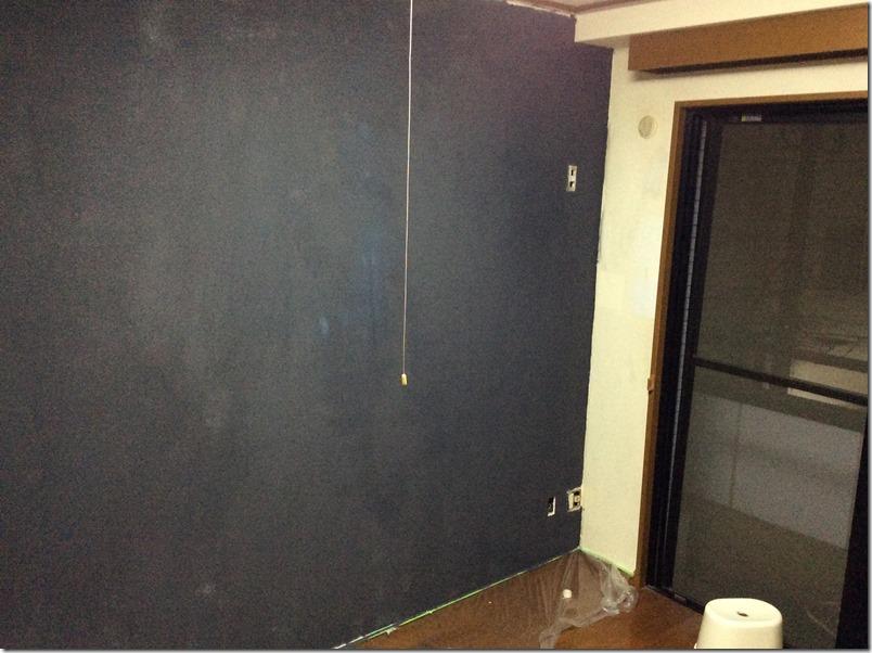 マグネット塗料が壁全体に塗り終わった様子。