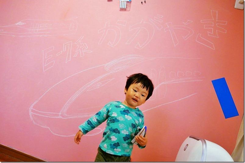 黒板化壁に落書きされたE7かがやきに喜ぶ子供