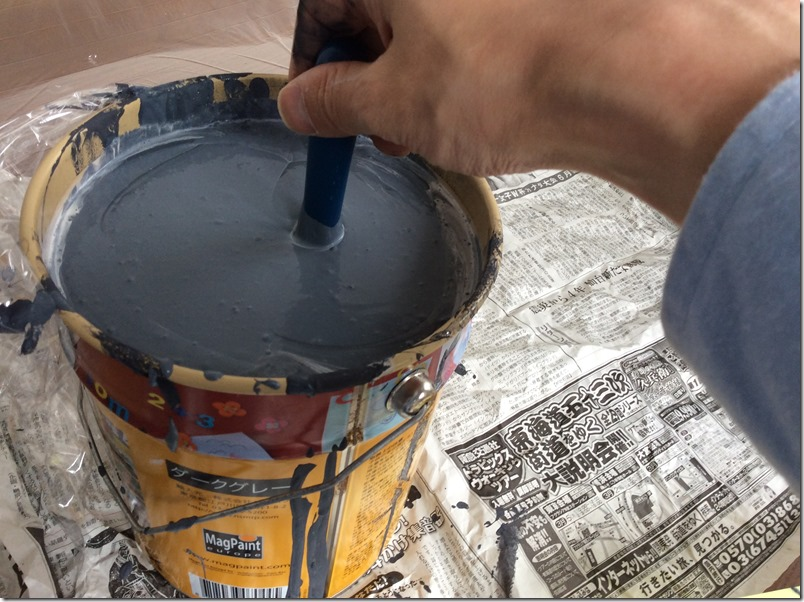 マグネット塗料を撹拌中の様子。重い。