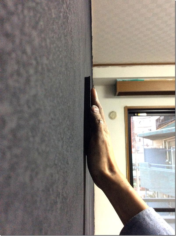 壁の平面をなるべく平滑にするため、ヤスリでマグネット層を削る