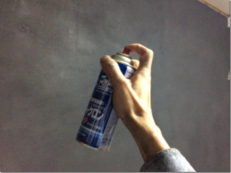 マグネット塗料にミッチャクロンを塗布。黒板塗料の吸い付きを良くする。