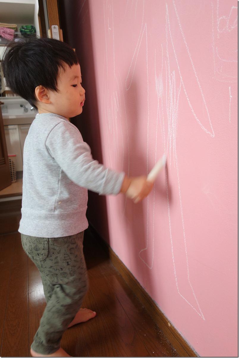 黒板壁に思いっきりチョークで落書きする息子