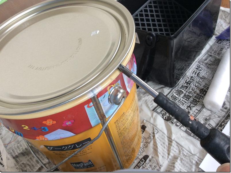 マグネット塗料のフタを開ける