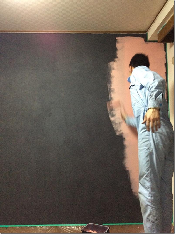 子供が思う存分落書きできるよう、黒板塗料を塗りたくる!