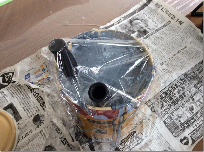 マグネット塗料の乾燥を防ぐためにラップをかけている様子