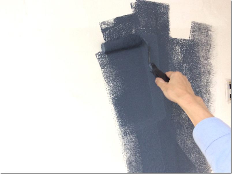マグネット塗料を壁に塗り込んでいる様子。とても重い。