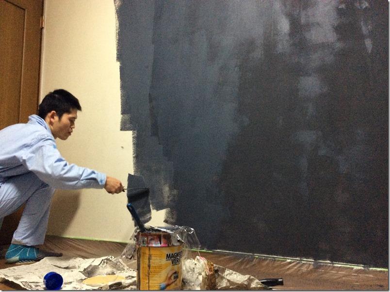 マグネット塗料の塗布作業が大変な様子。